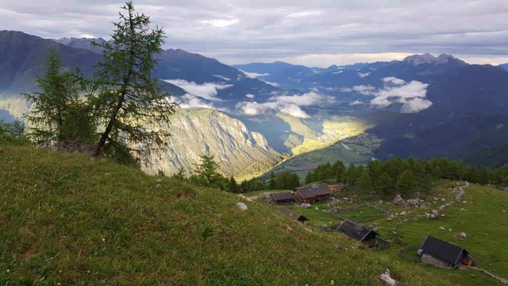 Magische Momente bei einer Ritual-Wanderung mit Tiefblick vom Berg ins Tal